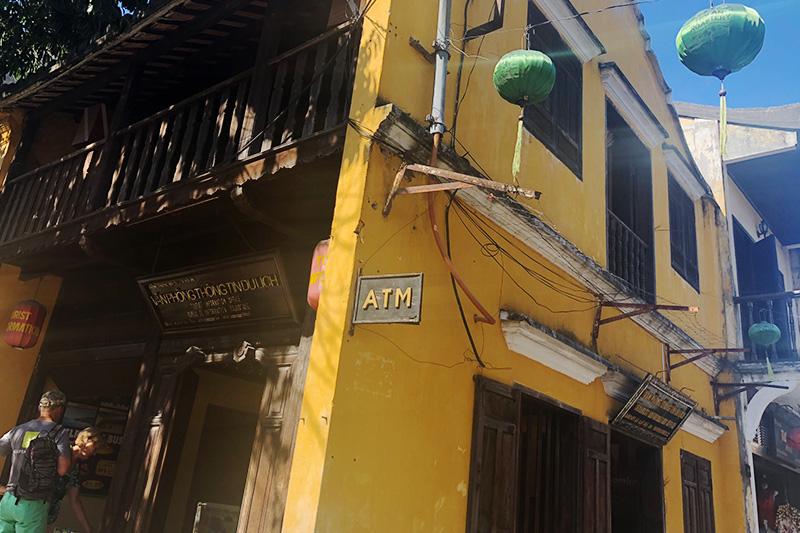 黄色い建物のATM